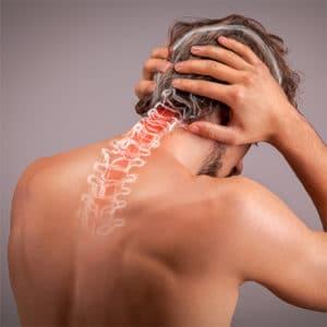 Ein Mann, der Nackenschmerzen hat und sich den Nacken hält