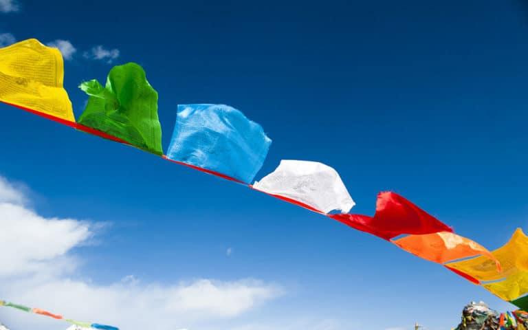 Eine tibetische Gebetsfahne im Wind