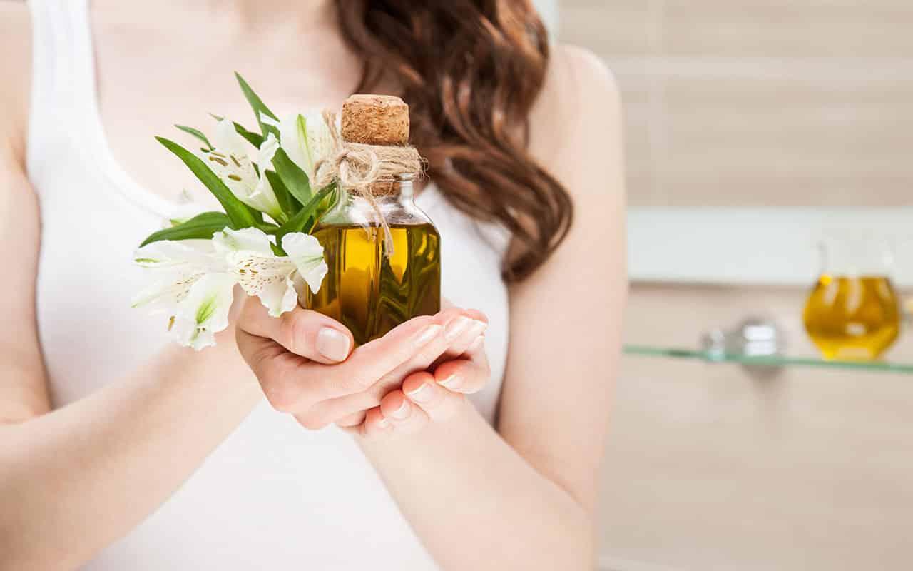 Eine Frau, die ein Hautpflegeöl in der Hand hält