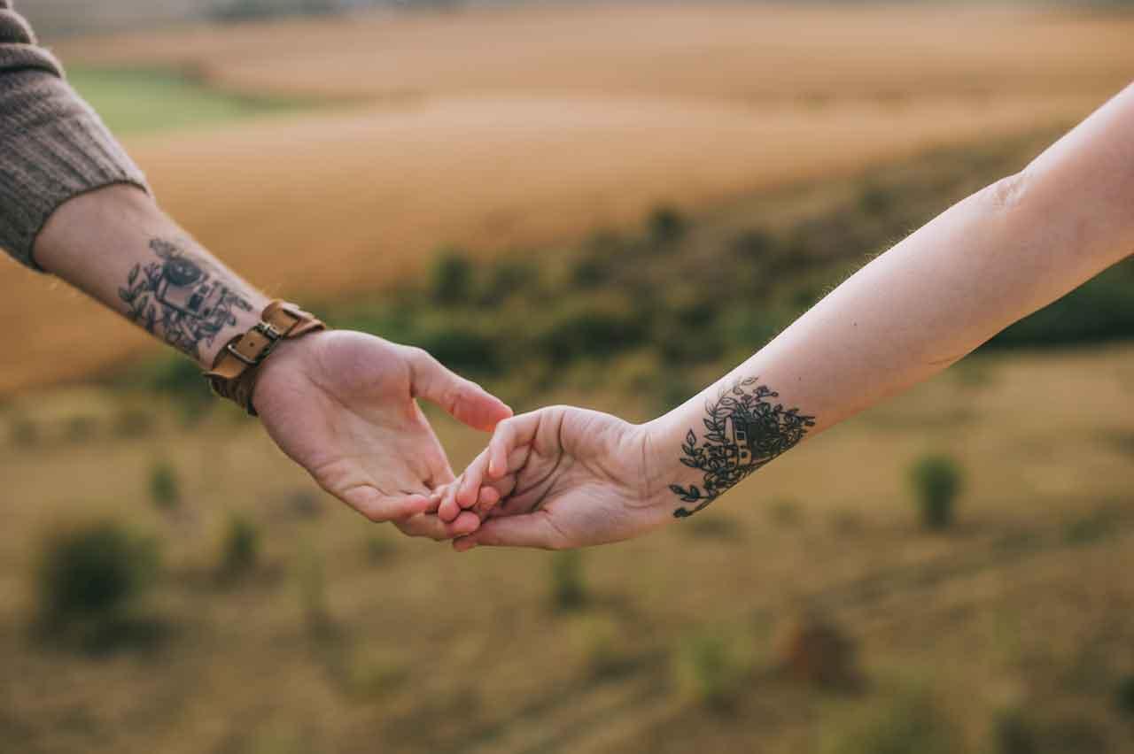 Ein Mann hält die Hand einer Frau