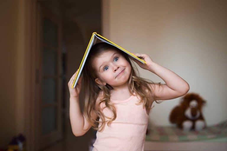 Ein Kind spielt mit einem Buch als Symbol für ADHS