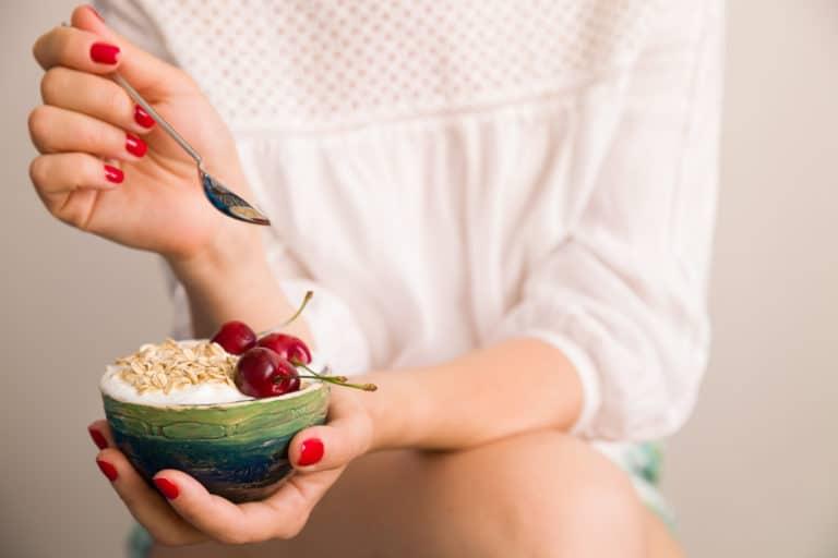 Eine Frau mit einer Schale gesundem Essen