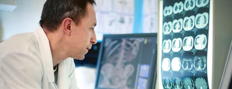 Ein Arzt der ein MRT untersucht