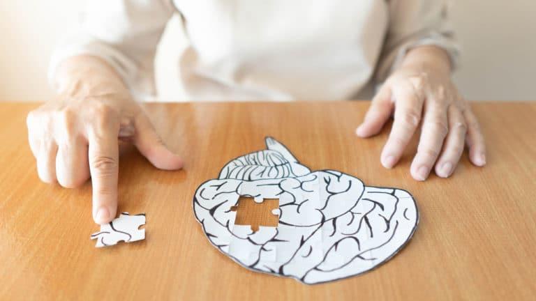 Eine Frau spielt mit einem Puzzle in Gehirnform